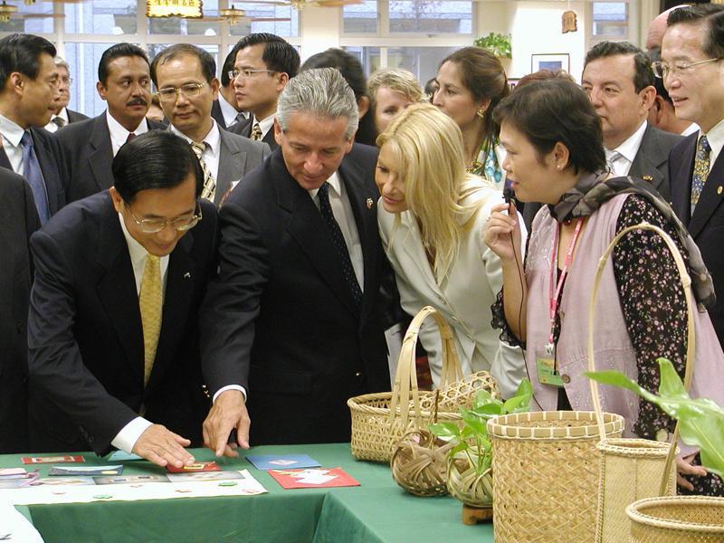2002年10月21日陳水扁總統與宏都拉斯共和國總統馬度洛伉儷,在南投縣立旭光中學參觀師生創作的竹編、陶藝品。圖/聯合報系資料照片