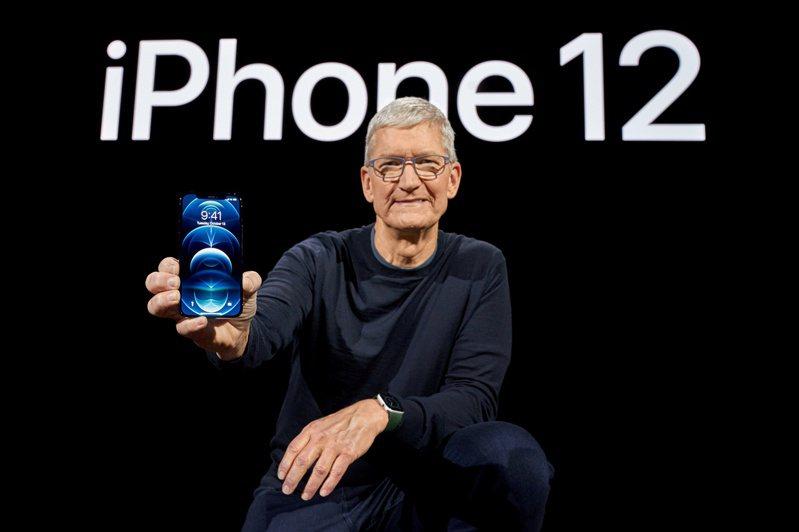 蘋果執行長庫克在13日的產品發表影片中,拿著全新的年度新機iPhone 12 Pro。(路透/蘋果提供)