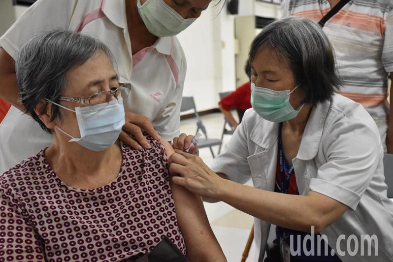今年許多民眾搶打流感疫苗。記者江婉儀/攝影