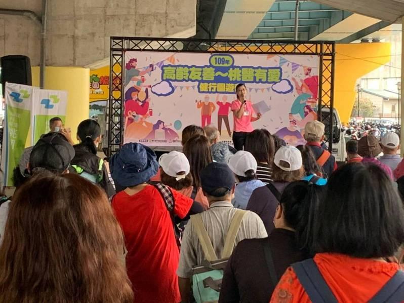 為鼓勵民眾多帶長輩們出外踏青,衛生福利部桃園醫院在龍鳳里國道2號天橋下舉行「高齡友善 桃醫有愛」健行園遊會,吸引600多位民眾熱情參與。圖/衛生福利部桃園醫院提供