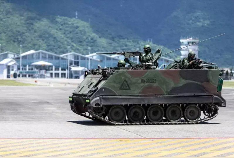 國防部完成後備教召改革方案,宣示編成多種後備部隊,對於配賦的武器裝備,國防部表示,將把現役CM11戰車、M113甲車(如圖)等現役裝備逐年由常備轉列,充實後備打擊群,並撥發現有庫儲的105口徑榴砲及各式迫砲,也將全面換裝步槍、手槍及戰鬥個裝。圖/軍聞社