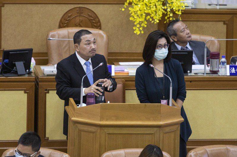新北市長侯友宜(左)說,他個人還沒規劃要出訪中國,但城市交流、兩岸經貿須看議題,以及是否有善意、對等、尊重3原則。記者王敏旭/攝影
