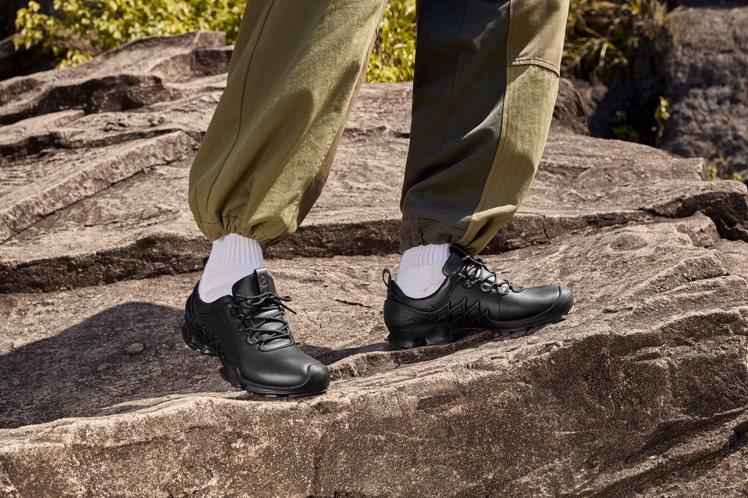 ECCO的BIOM AEX健步探索系列跑鞋8,980元。圖/ECCO提供