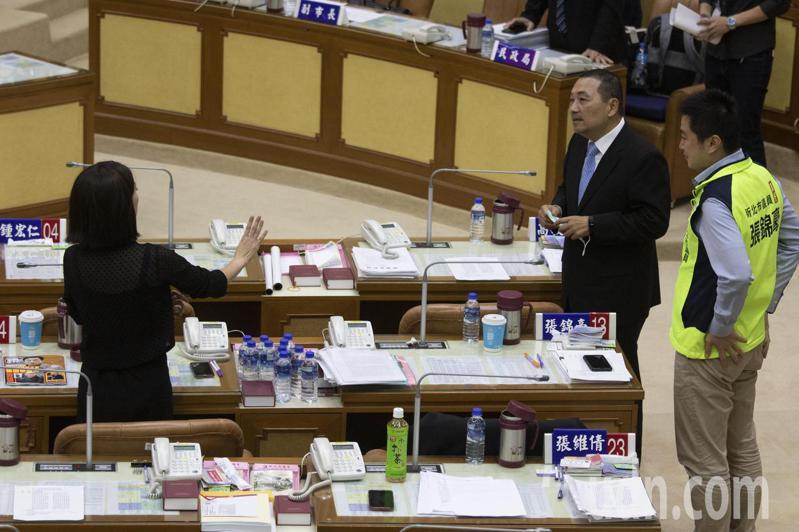 新北市長侯友宜(右2)與市議員戴瑋姍(黑衣)在質詢前短暫交談。記者王敏旭/攝影