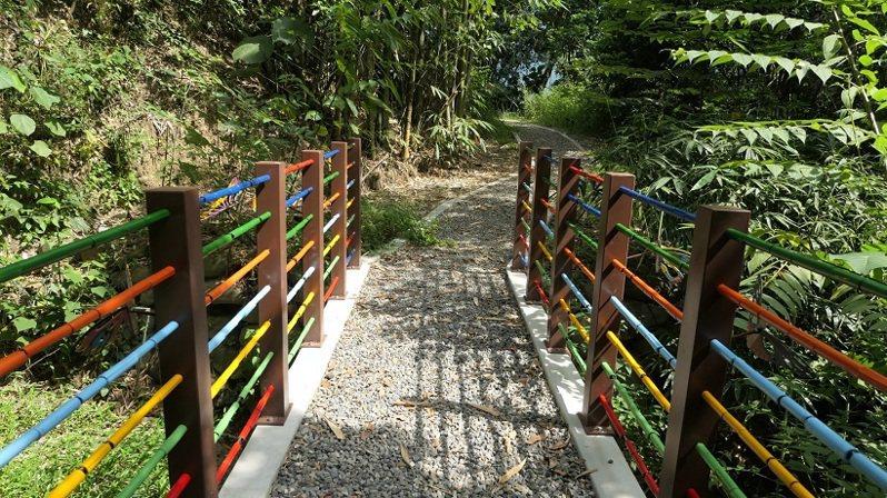 六龜山城改造後,6大景點即起開放,圖為竹徑蝶橋一景。圖/高雄市都發展提供