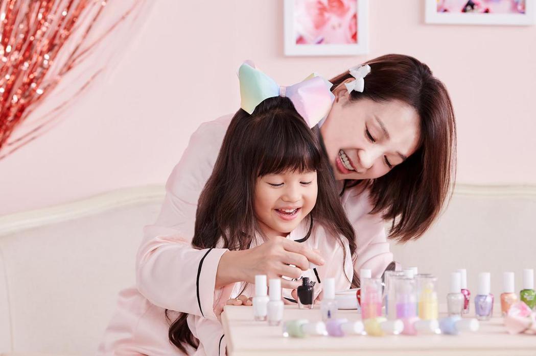六月首度與女兒同框拍廣告。圖/ Monkey Bow Beauty提供