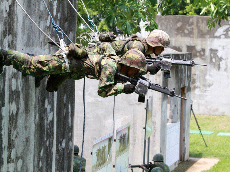 國防部要增強教召訓練內容,第一周要恢復戰技,第二周要增加「城鎮戰訓練」,圖為陸軍進行城鎮戰鬥訓練,展現戰力。圖/聯合報系資料照片