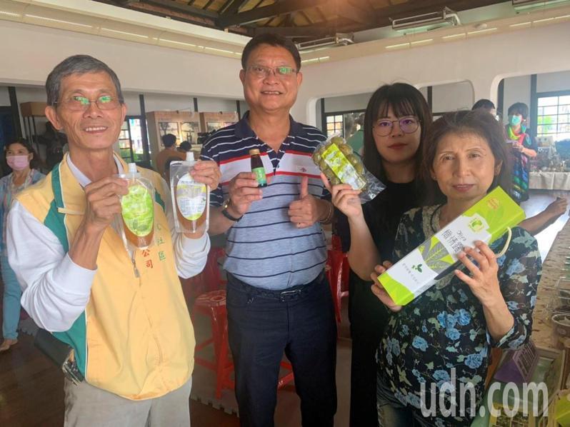 新化礁坑社區橄欖產業,活動當天送橄欖酵素飲和醋飲。記者吳淑玲/攝影