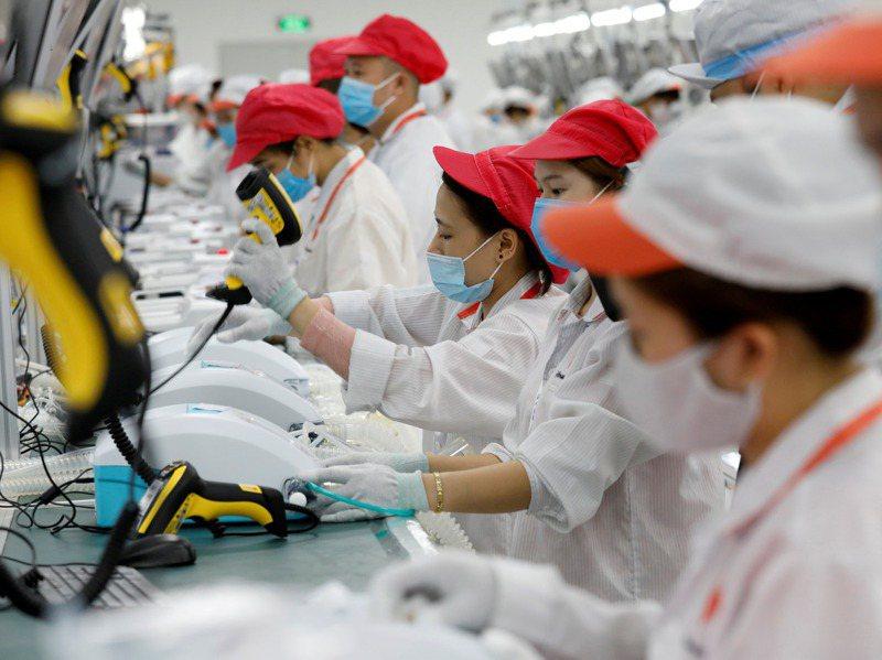 越南進出口貿易今年首次達到170億美元貿易順差紀錄。圖為越南Vingroup集團在河內近郊的工廠。 路透