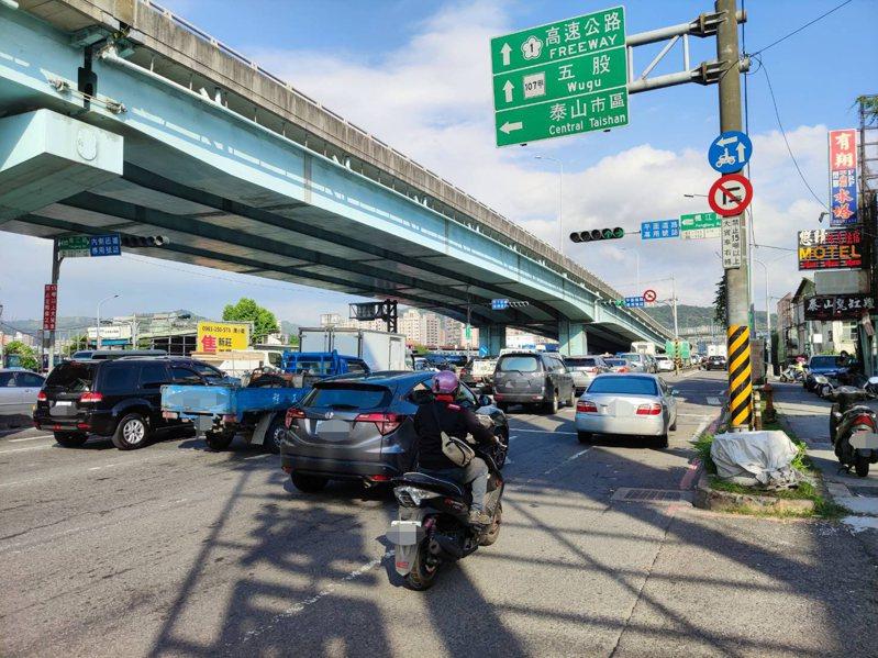 新北交通局在泰山區新五路試辦尖峰時段禁止左轉楓江路管制措施3個月後,因無明顯改善成效,交通局決定解除管制,回復左轉。圖/新北交通局提供
