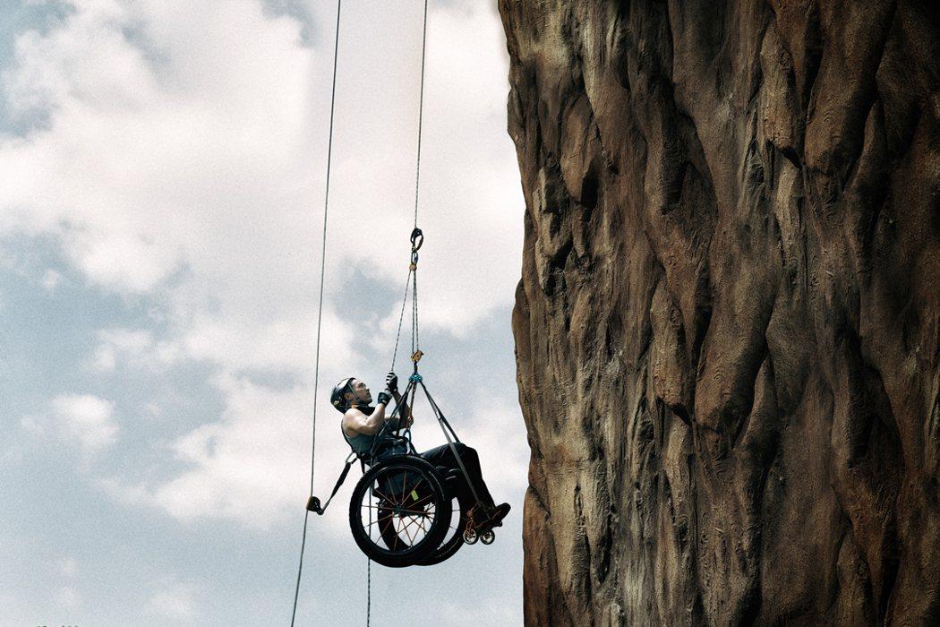 《獅子山上》連人帶輪椅攀登獅子山震撼畫面。捷傑提供