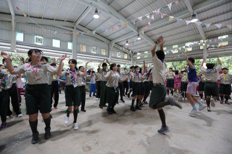 為期3天的基隆市童軍小隊長體驗營活動,今天起在暖暖的「拉波波村」舉行。圖/基隆市政府提供