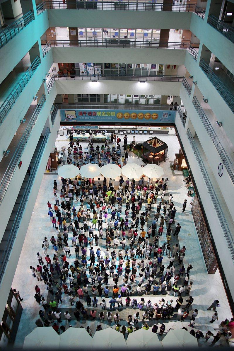 嘉義市「滿千送百」活動每天都吸引人潮來兌領。圖/市府提供