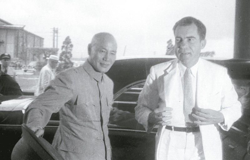 1956年7月8日,美國副總統尼克森(右)第二次來台訪問,將美國總統艾森豪親筆函親交蔣中正總統,對我表達強力支持。圖/聯合報系資料照片
