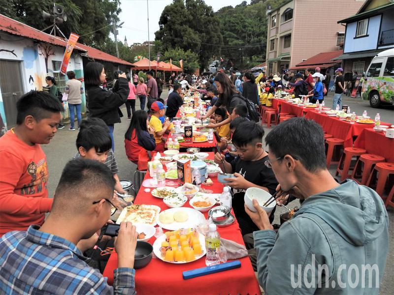 清境火把節「長街宴」今在壽亭新村登場,滇、緬、泰式特色料理串成約60公尺美食長龍。記者賴香珊/攝影