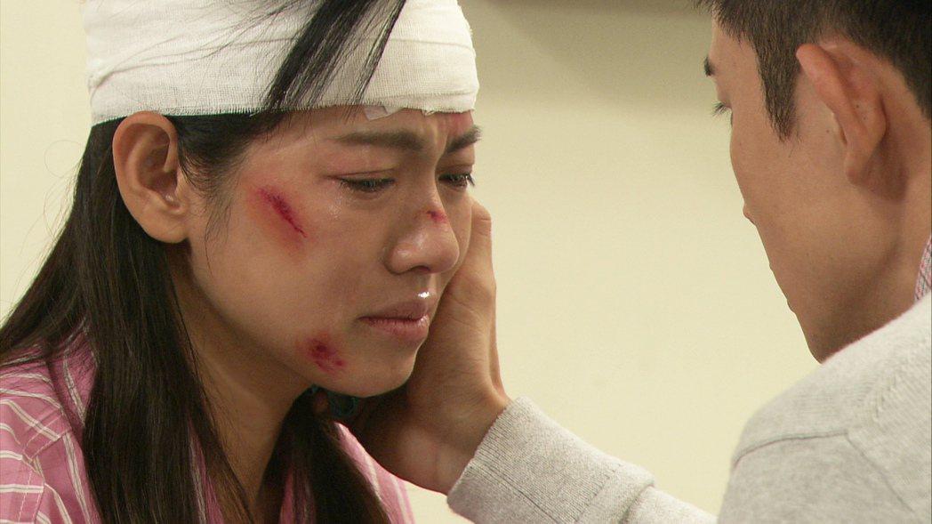 米可白劇中重傷後甦醒。圖/台視提供