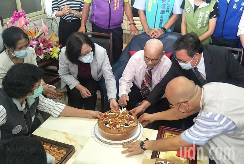 桃園市長鄭文燦(前右二)、衛福部次長李麗芬(前左三)向蘆竹區105歲人瑞魏震木(前右三)切蛋糕祝賀重陽節快樂。記者曾增勳/攝影