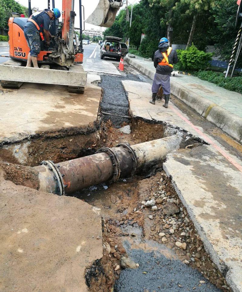 平鎮工業區17日自來水管被挖破,直徑400公釐的幹管距離地面不到20公分。圖/桃園市議員黃敬平服務處提供