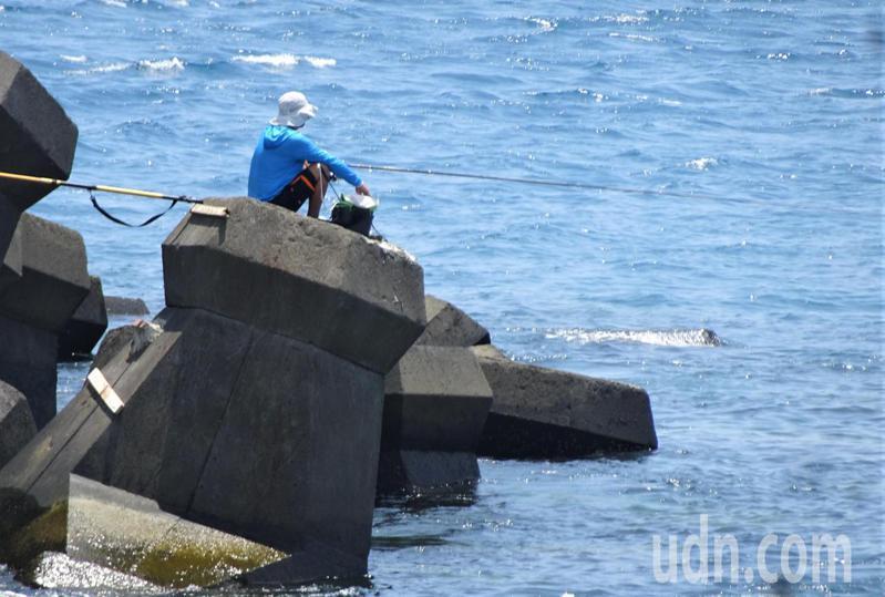 墾管處4年多前開放10處釣點,被釣友批不切實際又難遵循,不少釣友越區在台電核三廠出水口海域的消波塊上垂釣,未見取締。記者潘欣中/攝影