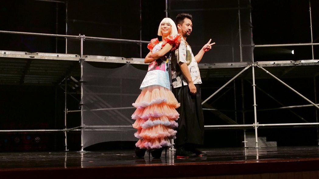 温貞菱(左)與黃健瑋合作舞台劇「猛男地獄」。圖/眼球愛地球劇團提供