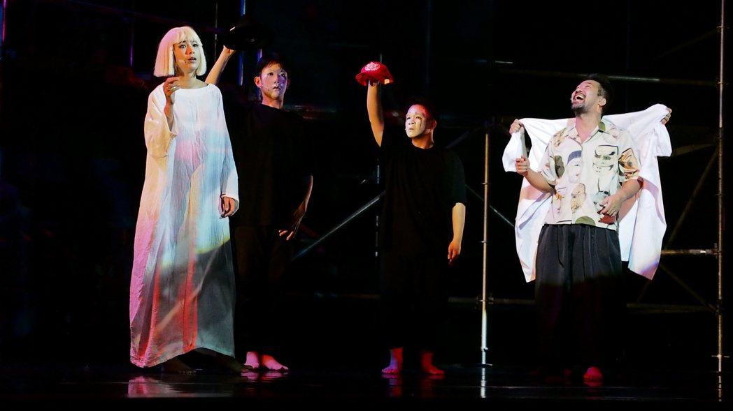 温貞菱(左)演出舞台劇「猛男地獄」。圖/眼球愛地球劇團提供
