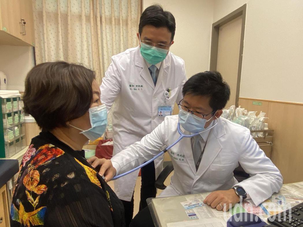 64歲陳姓婦人(左)經由中國附醫新建置完成的AI系統判讀,查出陳婦為心肌梗塞,救...