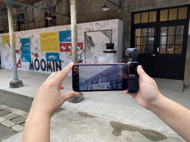 搭配轉接頭,即可透過手機操作DJI Pocket 2進行拍攝。記者黃筱晴/攝影