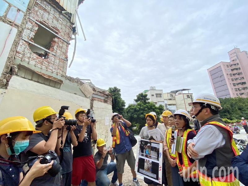 交通部次長王國材下午前往黃春香住家視察,後方被拆半毀房子就是黃家。記者修瑞瑩/攝影