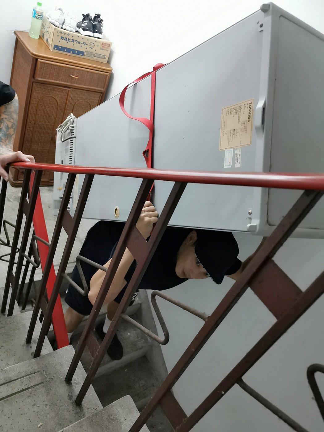 「神之鄉」廖威廉背大冰箱爬五層樓。圖/東森、映畫提供