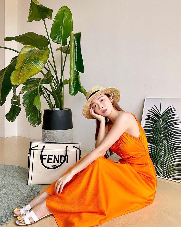 Jessica以甜美的穿搭配襯FENDI Roma Shopper白色包款,68...