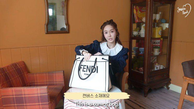 Jessica在秀出日常包包裡的小物影片中,選用FENDI Roma Shopp...
