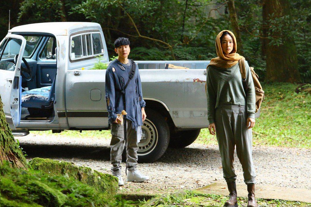 林俊傑(左)新歌「倖存者」,邀來賴雅妍飾演「中性人」。圖/華納提供