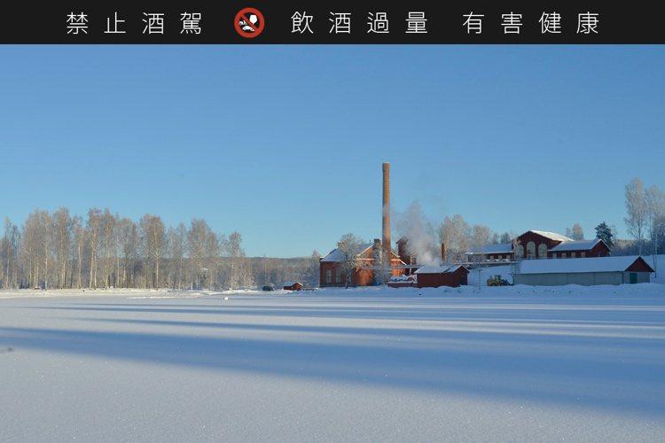 瑞典高岸蒸餾廠位在冰川旁。圖/摘自High Coast官網。提醒您:禁止酒駕 飲...