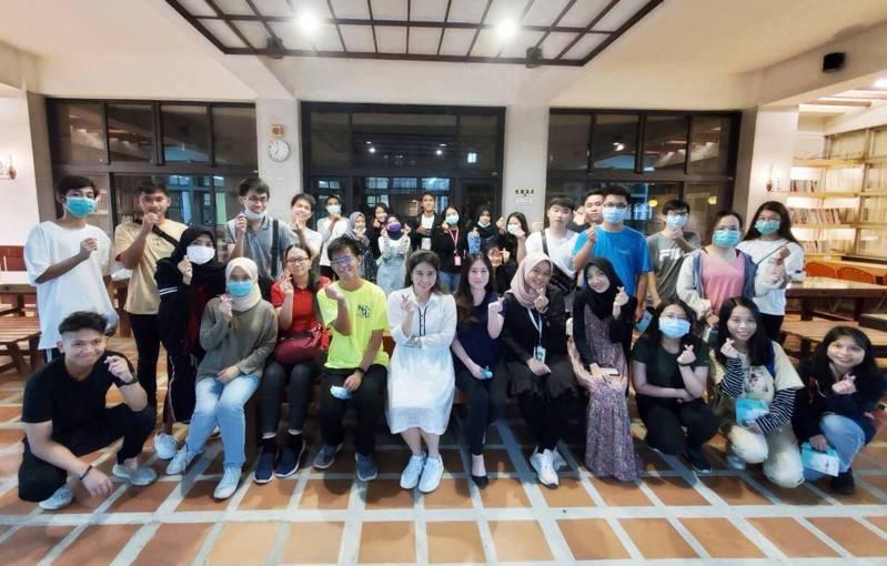 國立金門大學國際暨兩岸事務處昨舉辦迎新活動,邀請60多位外籍生的學長姐和新生參與,讓新生能盡快適應學校新生活。圖/金大提供