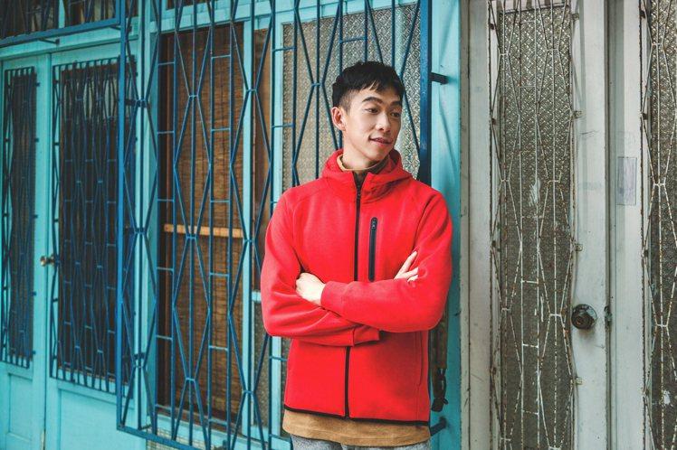 王可元詮釋UNIQLO休閒連帽上衣1,290元。圖/UNIQLO提供