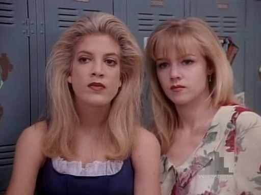 托莉史培林(左)與珍妮葛斯都因演出「飛越比佛利」大受歡迎。圖/摘自YouTube