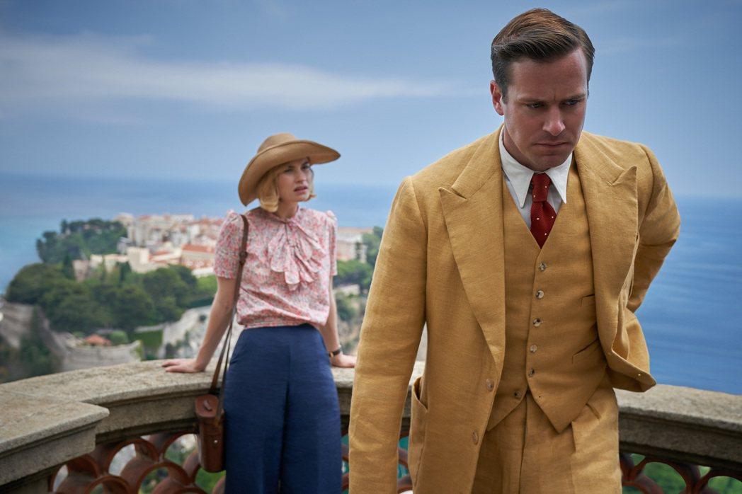 艾米漢默(右)與莉莉詹姆斯(左)在電影「蝴蝶夢」裡演出一對貌合神離的新婚夫妻。圖...