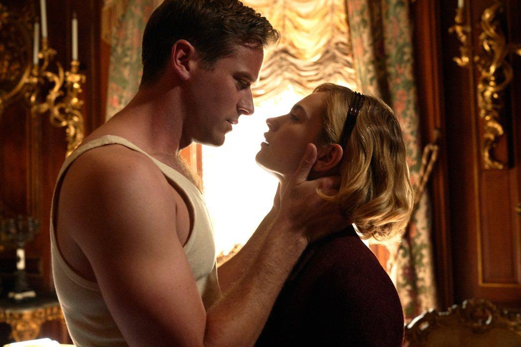 艾米漢默(左)與莉莉詹姆斯(右)在「蝴蝶夢」裡合作愉快。圖/Netflix提供