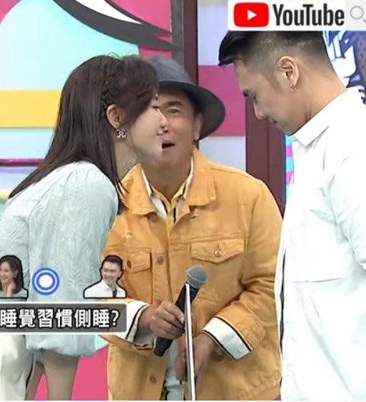 何妤玟(左)和大隸節目中玩遊戲吻上了。圖/摘自YouTube