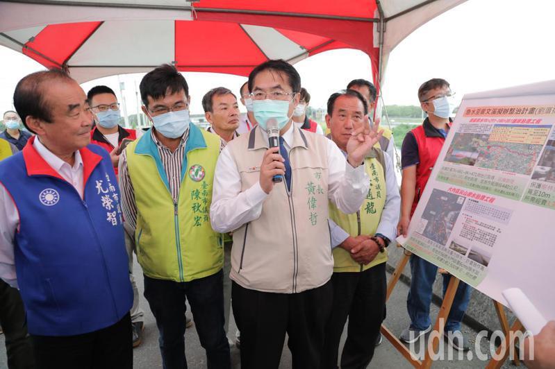 台南市長黃偉哲下午視察麻豆區排水改善。圖/台南市府提供