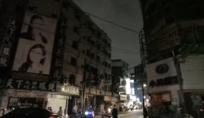 桃園市中壢區信義、普強、普仁等里,今天晚上6點許,疑似因變電所線路故障造成大規模停電。圖/民眾提供