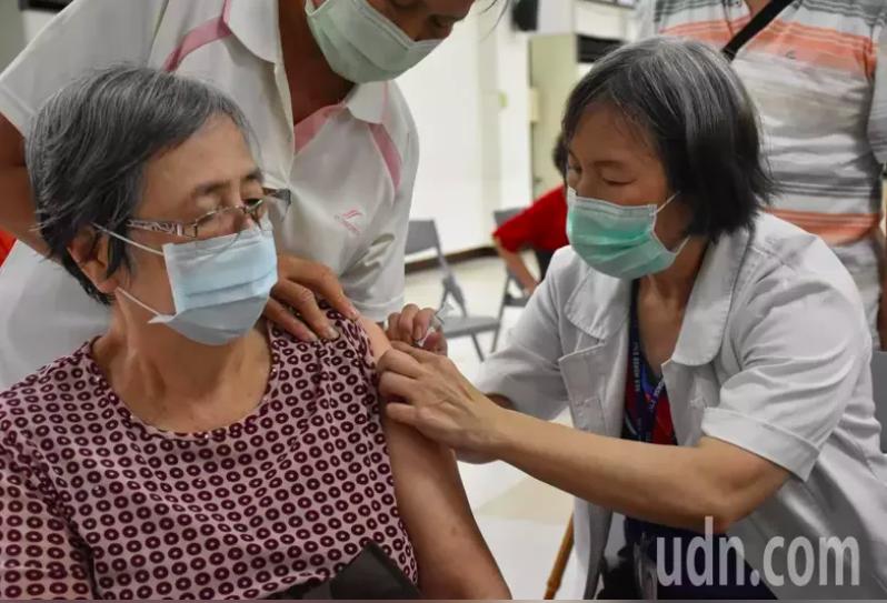 北市聯醫今天表示,12區健康服務中心的院外門診部,每日配發100劑流感疫苗,會依...