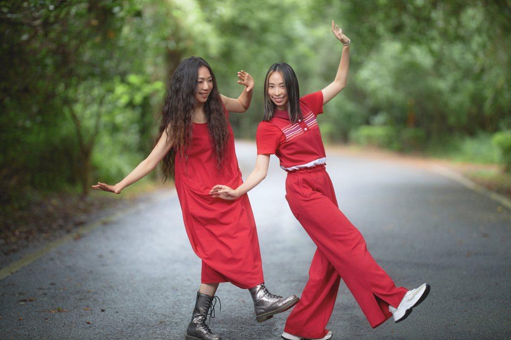 萬芳(左)新歌「模樣」女舞者劉世娟相互追趕、合舞,落實「兩人合飾一角」。圖/何樂