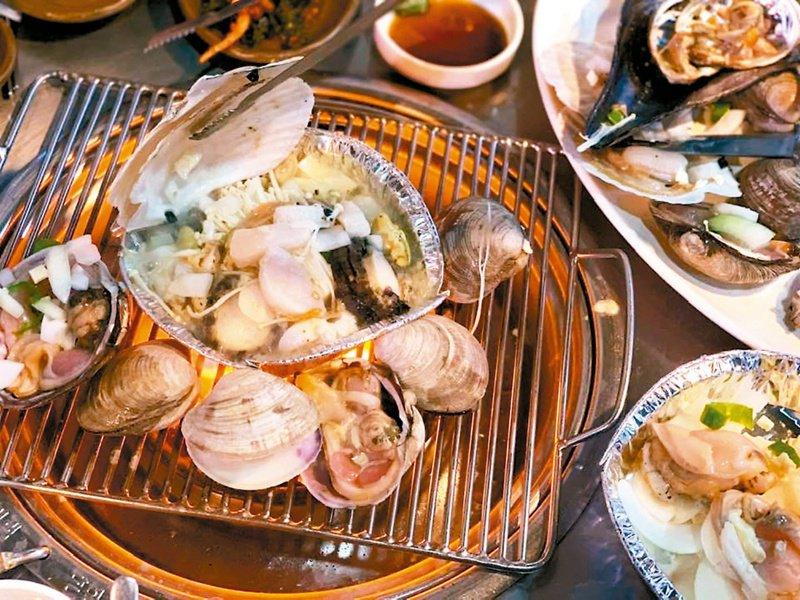 吃剩的魚蝦等海鮮不耐存放,裂變快,易產生細菌、毒素,不宜隔餐食用。本報資料照片