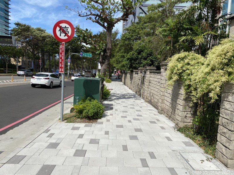 新竹市政府投入6千多萬元改善公道五路人行道,提升道路品質、綠美化植栽,並將纜線地下化。記者王駿杰/攝影