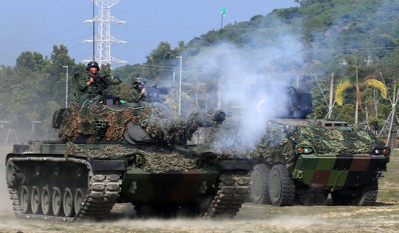 國防部後備教召改革方案,CM11戰車、M113甲車等現役裝備將逐年由常備轉列,並撥發現有庫儲的一○五口徑榴砲及各式迫砲給後備部隊,充實後備打擊群。 圖/聯合報系資料照片