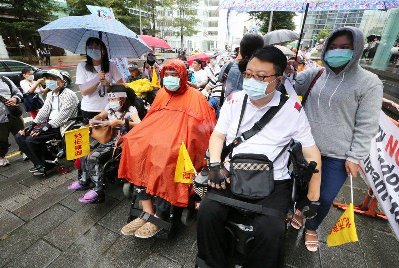 疫情影響國內外籍看護工缺人問題嚴重,國內提供移工入境檢疫床位也不足,讓缺看護工問題更惡化。圖為被照顧者與印尼看護工昨齊聚駐台北印尼經濟貿易代表處前抗議。記者胡經周/攝影
