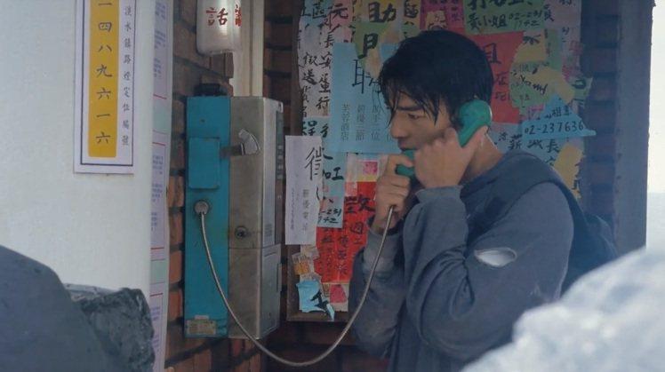 用五顏六色的廣告傳單呈現電話亭中阿漢內心的五味雜陳。圖/氧氣電影提供