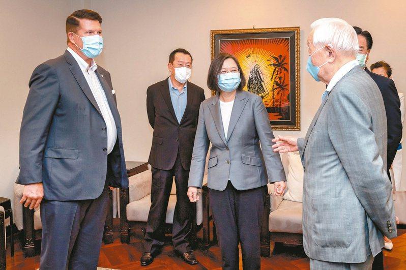 圖為美國國務次卿克拉奇(左)日前訪台,與蔡英文總統(中)見面。圖/總統府提供