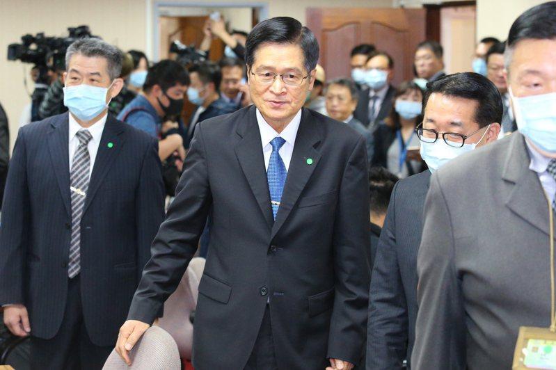 國防部長嚴德發(中)上午出席立法院外交及國防委員會。記者林伯東/攝影